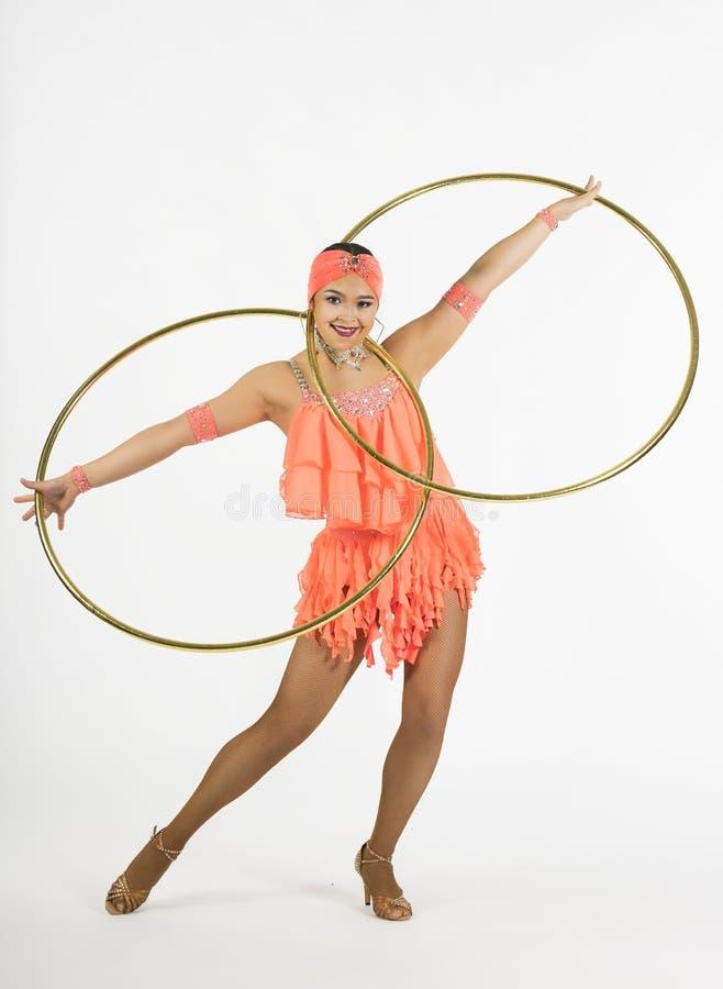 Une fille avec du charme exécute des éléments de cirque avec un cercle de danse polynésienne photos libres de droits