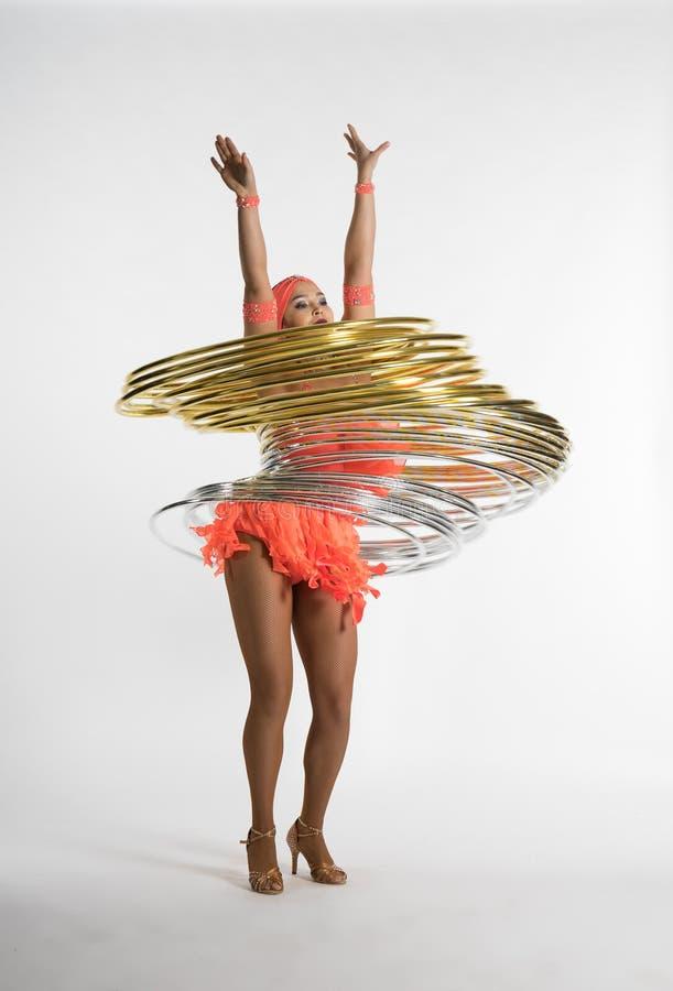 Une fille avec du charme exécute des éléments de cirque avec un cercle de danse polynésienne images stock