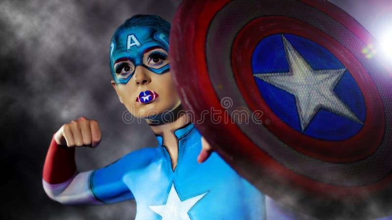 Une fille avec du charme avec l'art de corps de capitaine America images libres de droits