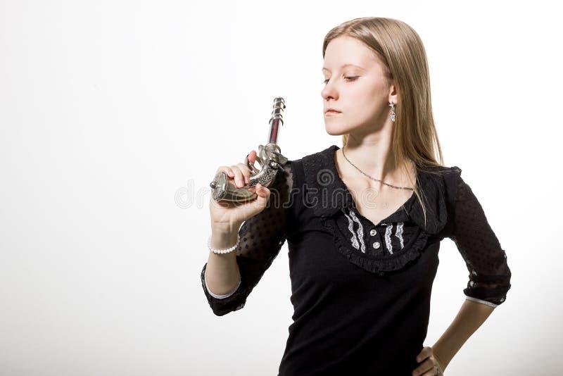 Une fille avec le revolver image stock