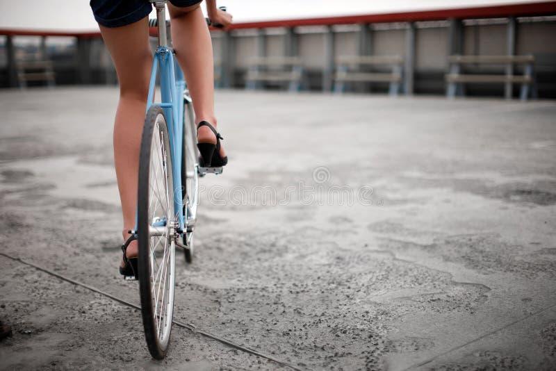 Une fille avec le vélo bleu photo stock