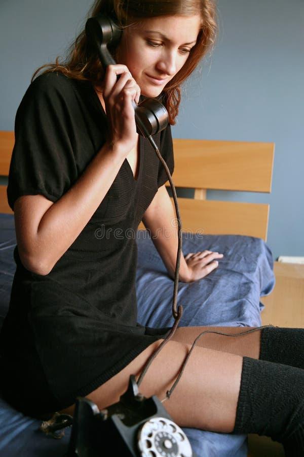 Une fille avec le vieux téléphone photo stock