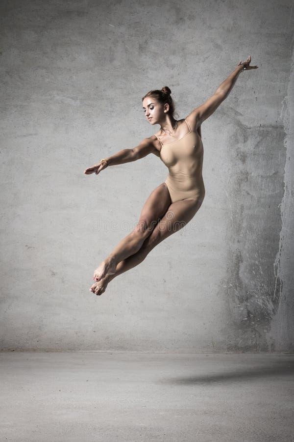 Une fille avec un beau corps, d'une manière élégante fille, femme gracieuse, corps sportif, photos stock