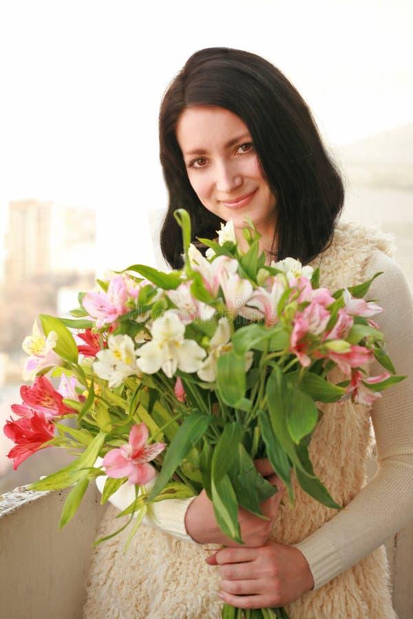 Une fille avec un bouquet des fleurs photos libres de droits