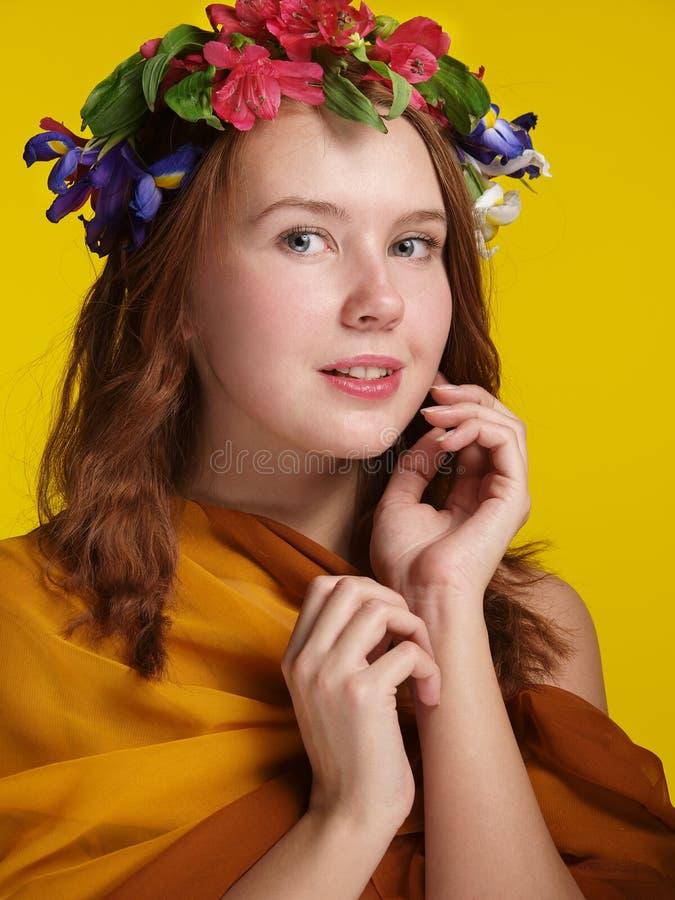Une fille avec une guirlande des fleurs image libre de droits