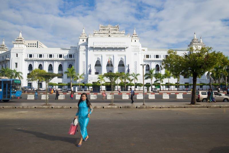 Une fille birmanne traverse la rue à l'extérieur du bâtiment de municipalité de ville, Yangon images libres de droits