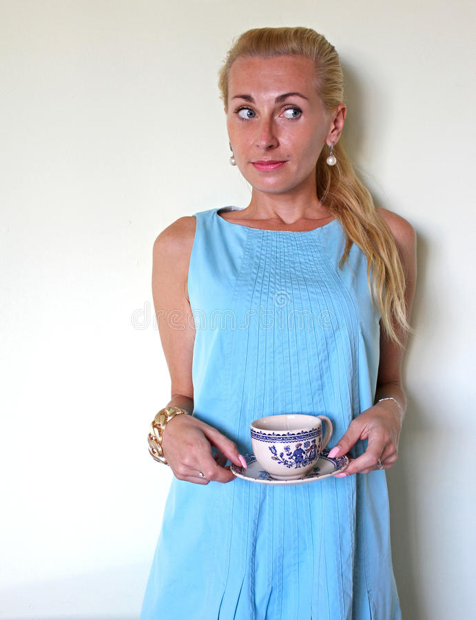 Une fille blonde dans la confusion ou la perplexité photographie stock libre de droits