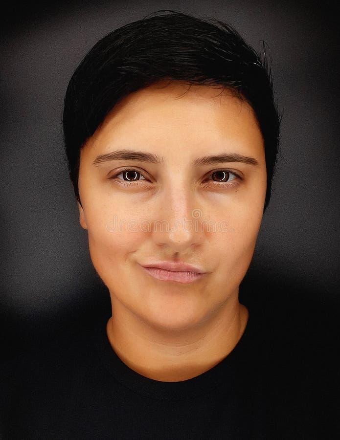 Une fille brunette aux cheveux courts sur fond noir dépeint diverses émotions humaines photographie stock libre de droits