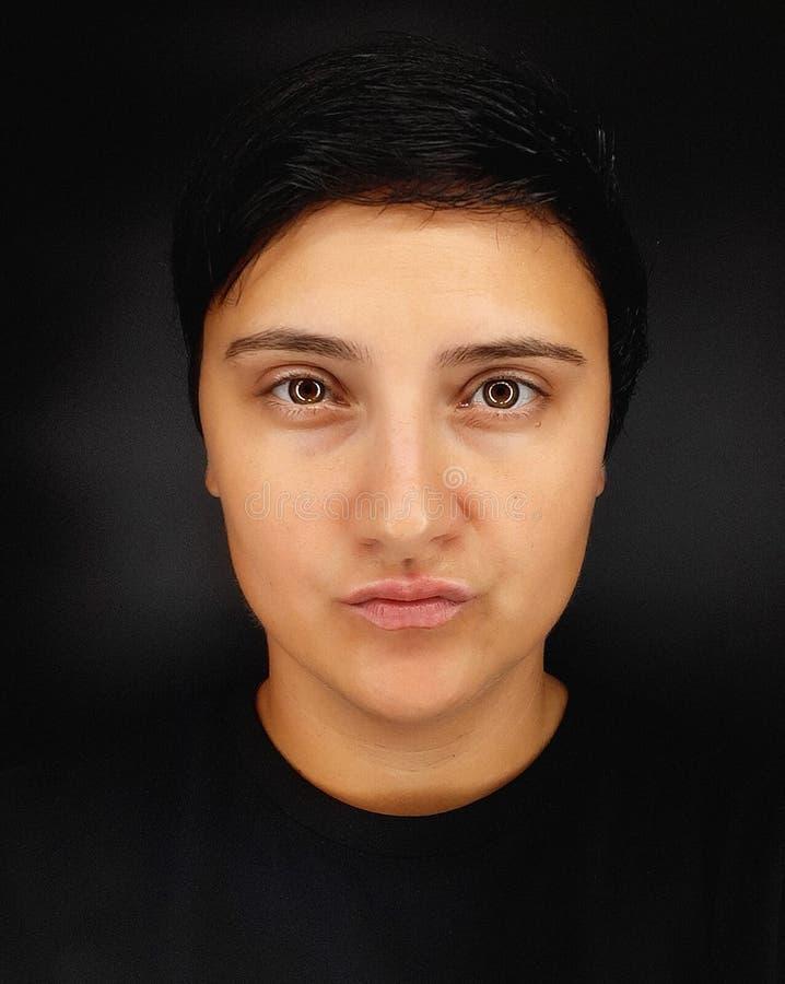Une fille brunette aux cheveux courts sur fond noir dépeint diverses émotions humaines photo stock