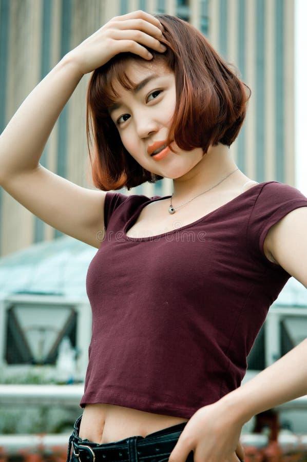 Une fille chinoise dans le jardin photos stock