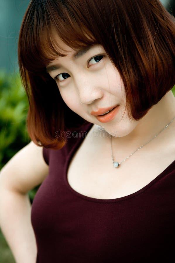 Une fille chinoise dans le jardin photo stock