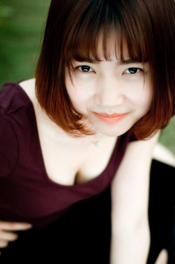 Une fille chinoise dans le jardin photographie stock