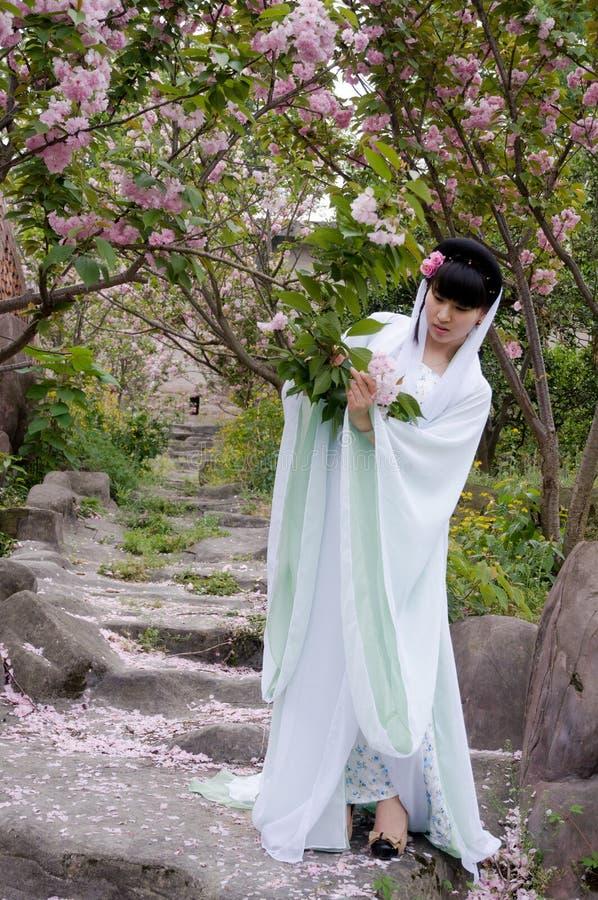 Une fille chinoise habillée dans le costume antique photos stock