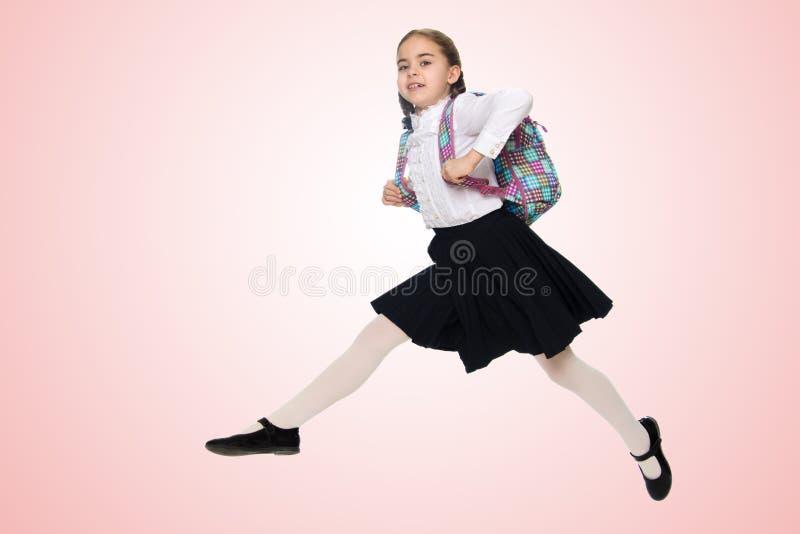 Une fille d'écolière saute par-dessus des obstacles photo stock