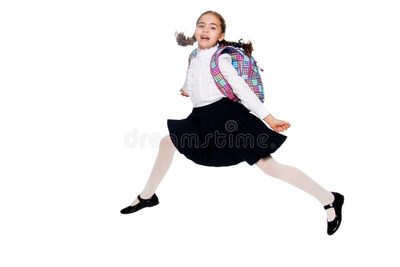 Une fille d'écolière saute par-dessus des obstacles images libres de droits