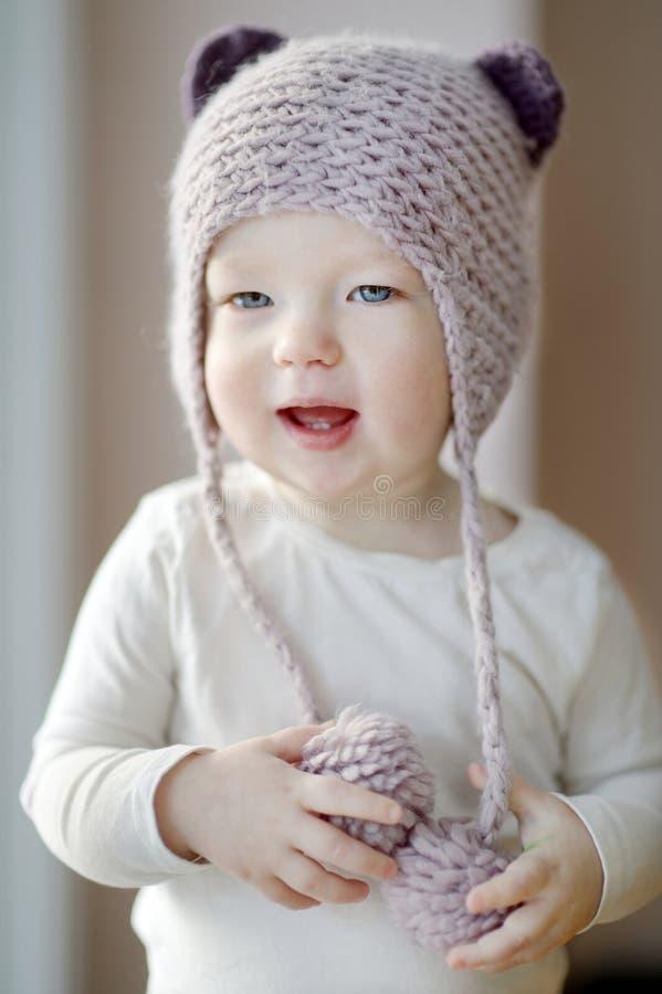 Une fille an d'enfant en bas âge dans le chapeau drôle photo stock