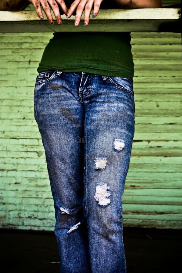 Une fille dans des blues-jean images stock