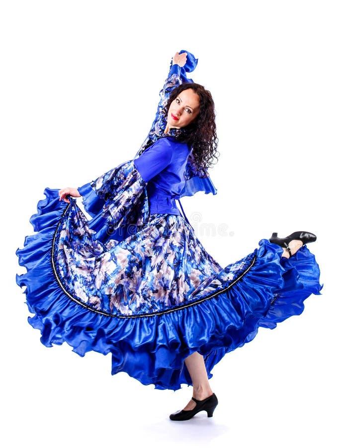 Une fille dans une robe colorée danse une danse gitane photographie stock