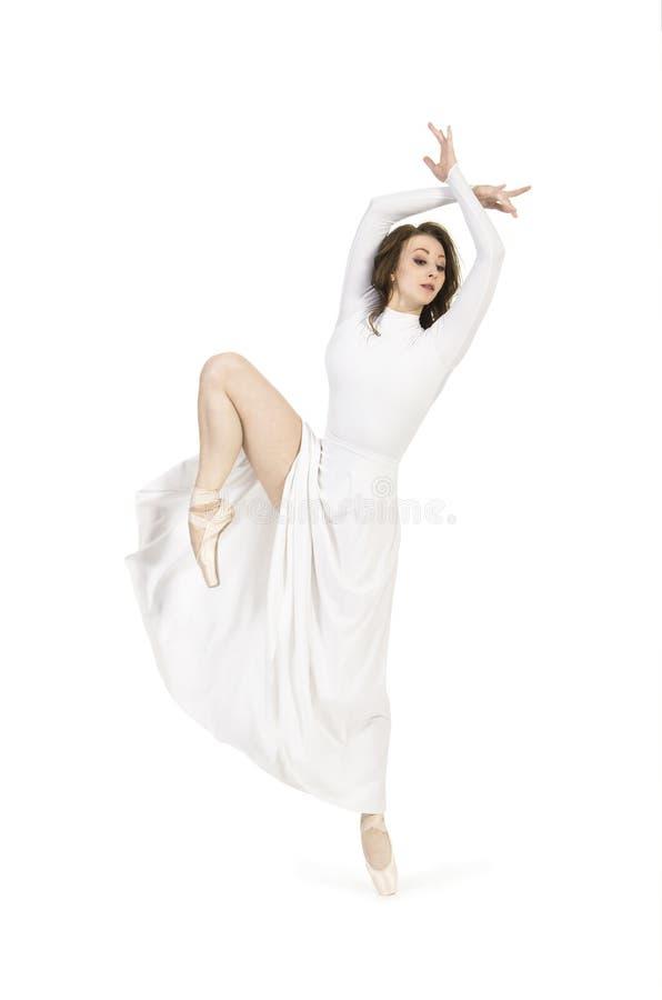 Une fille dans un ballet de danse de robe blanche photographie stock