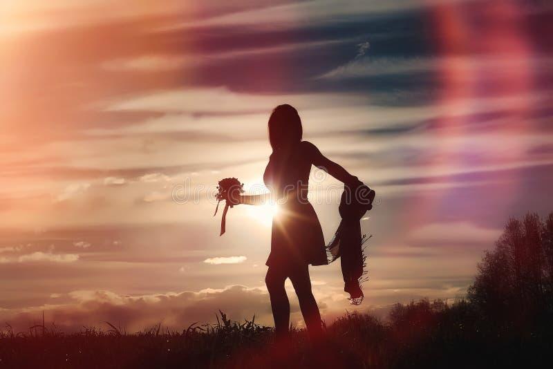 Une fille dans un chapeau sur une promenade en parc Une fille avec une promenade de panier image stock