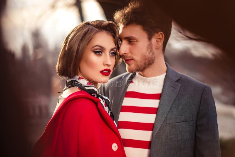 Avec Un Un Fille Manteau Rouge Homme Photo Dans Une stock PikOuTZwXl