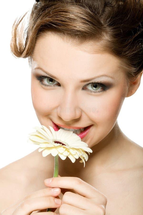 Une fille de beauté avec le gerber photo stock
