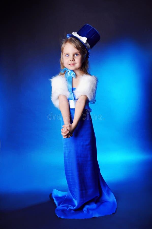 Une fille de conte de fées est dans bleu-foncé images libres de droits
