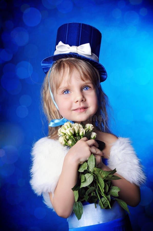 Une fille de conte de fées est dans bleu-foncé image libre de droits