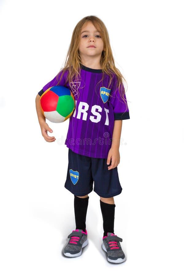 Une fille de quatre ans Tom Boy est habillée dans le style d'un footballer photos libres de droits