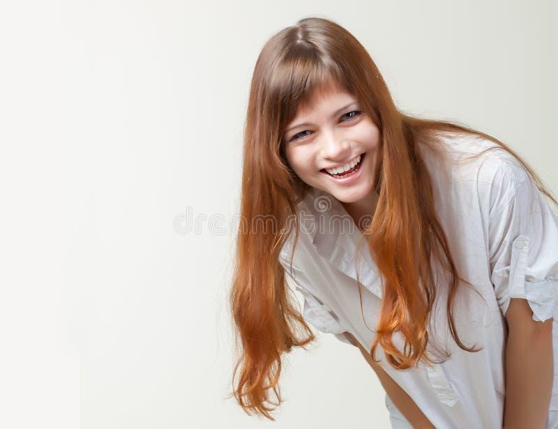 Une fille de sourire dans un studio image stock