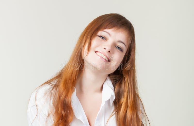 Une fille de sourire dans un studio photos stock