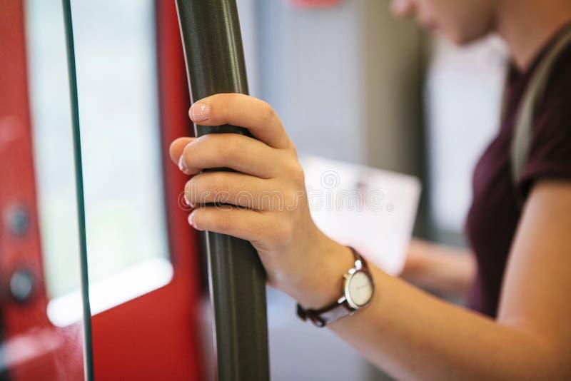 Une fille de touristes à l'intérieur des regards de souterrain ou de train à une carte photo stock