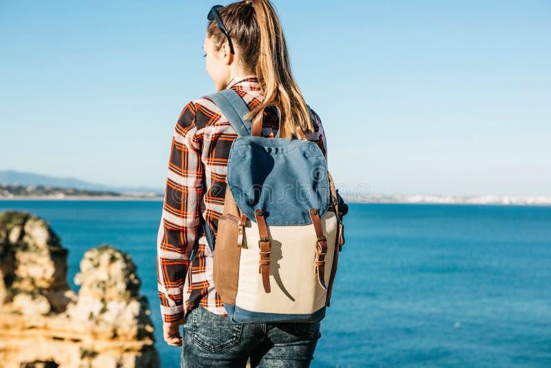 Une fille de touristes ou un voyageur avec un sac à dos photo libre de droits