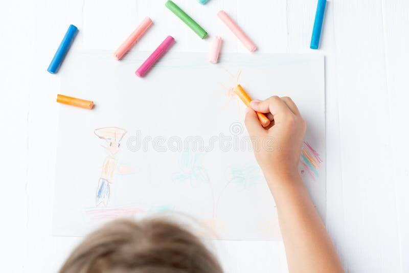 Une fille dessine un crayon, un pastel, un voyage par la mer Bateau, marin, garçon, paume, mer images stock
