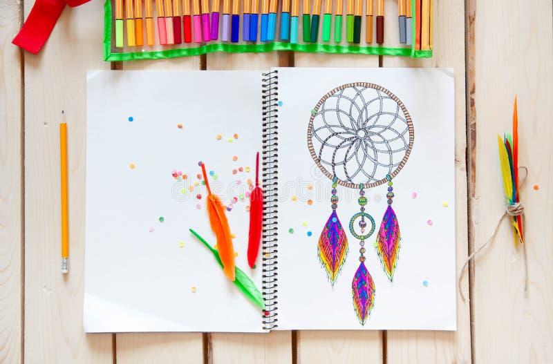 Une fille dessine un receveur rêveur avec les marqueurs colorés photographie stock