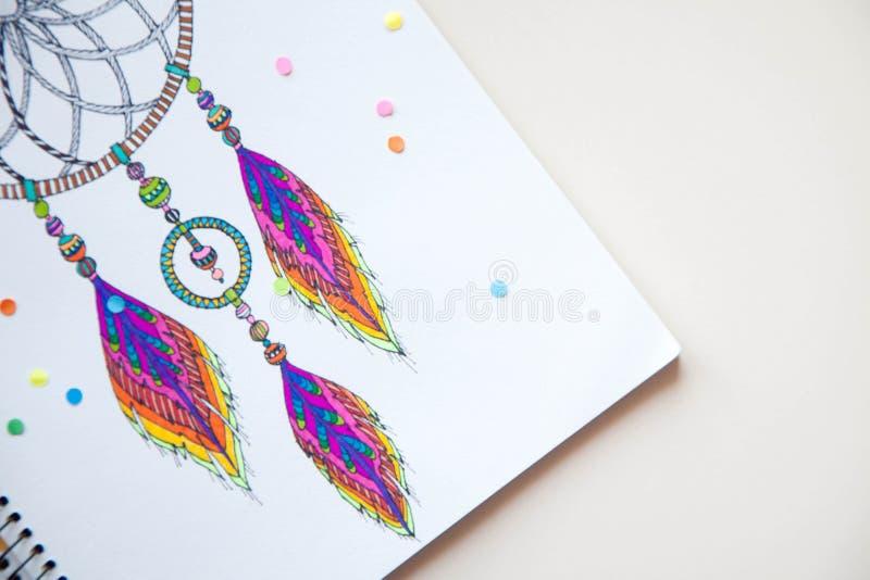 Une fille dessine un receveur rêveur avec les marqueurs colorés image stock