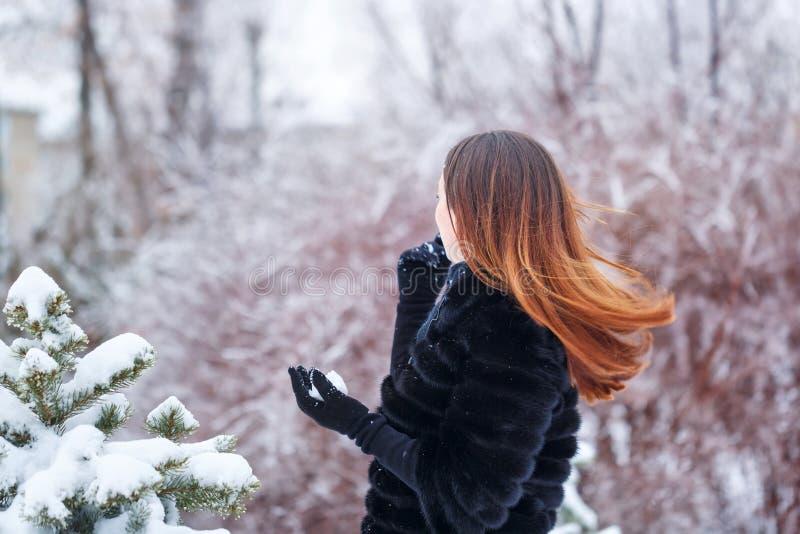 Une fille douce dans un manteau de fourrure images stock