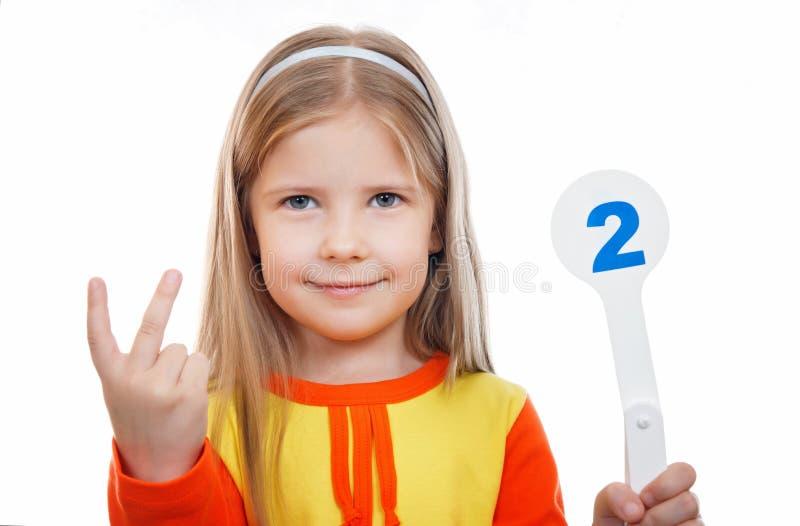 Une fille douce enseigne des chiffres et le compte photo libre de droits