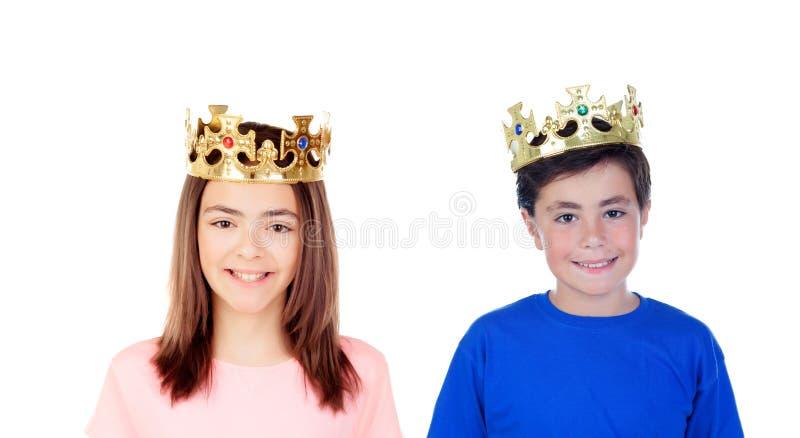 Une fille et un garçon avec les couronnes d'or sur leurs têtes images libres de droits