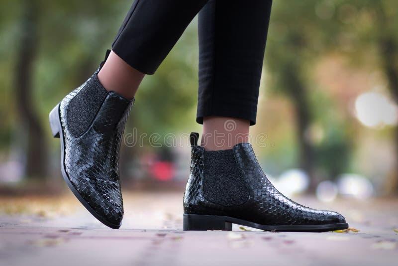Une fille fait un pas dans des chaussures en cuir de python image stock