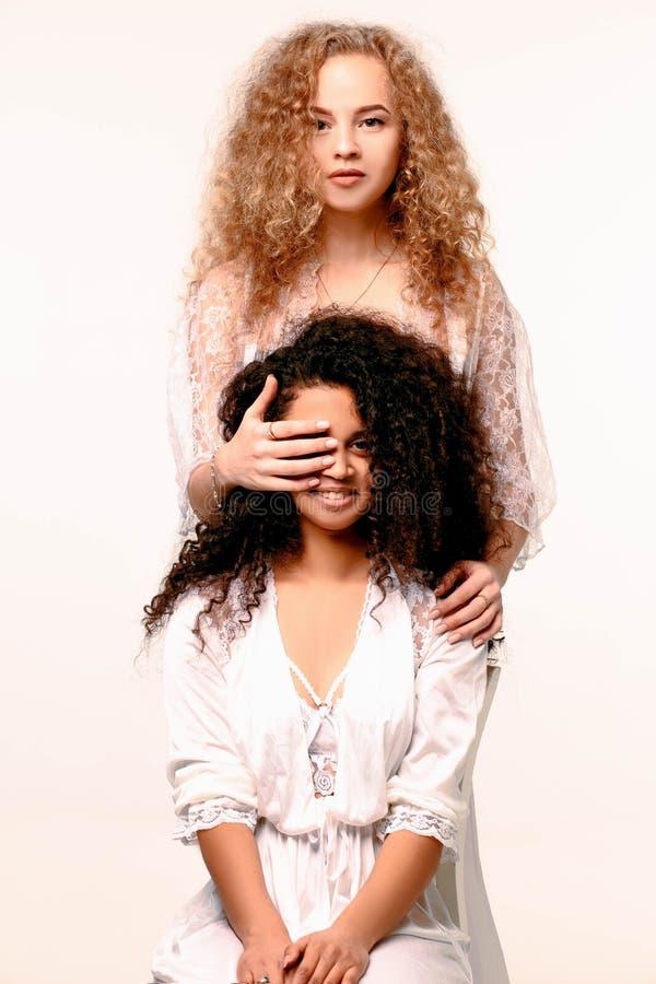 Une fille ferme les autres yeux du ` s Afro et blond photo libre de droits