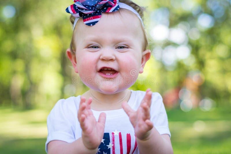 Une fille an joyeuse en parc sur le 4ème juillet images stock