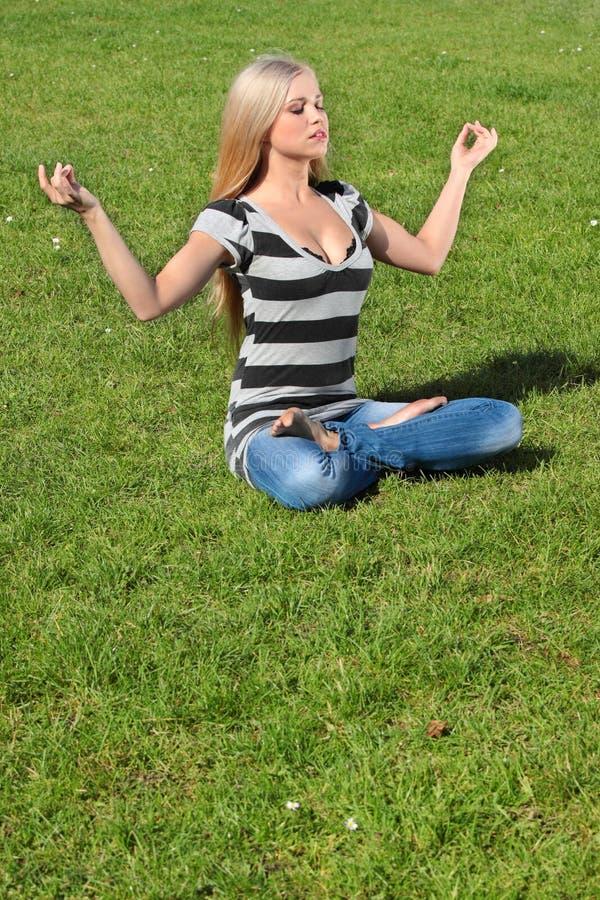 Une fille méditant photo libre de droits