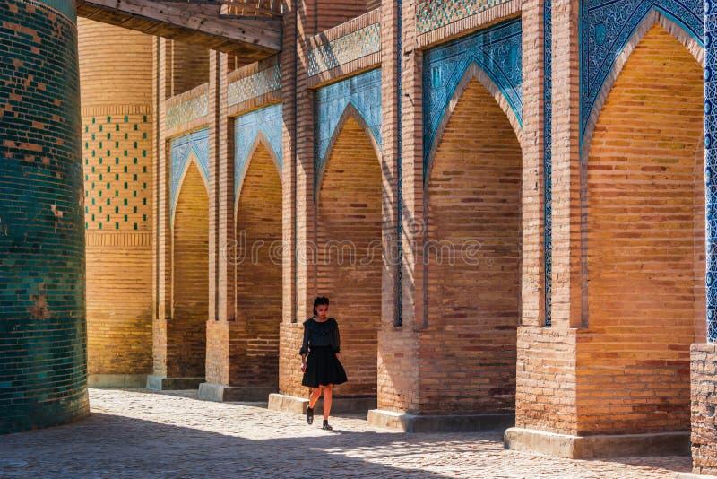 Une fille marchant au mineur de Kalta dans Khiva, l'Ouzbékistan photographie stock