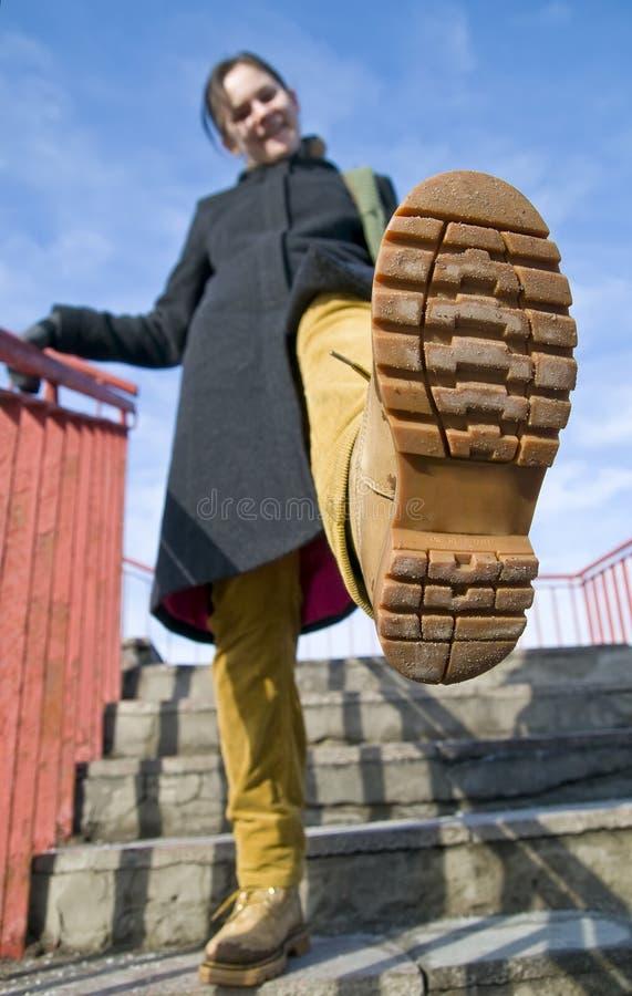 Une fille marchant sur des escaliers. photographie stock libre de droits