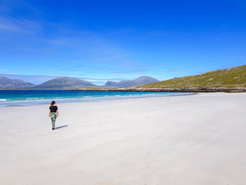 Une fille marchant sur une plage images stock