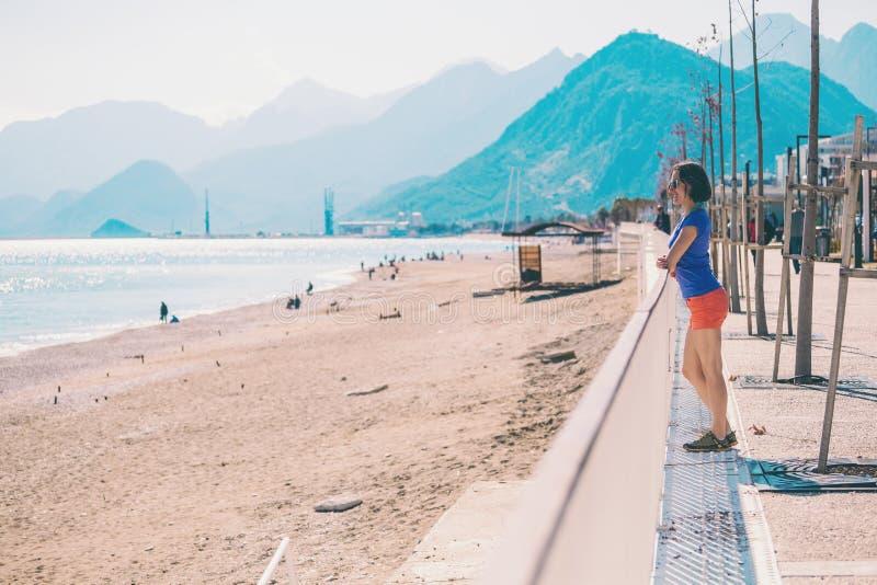 Une fille marche le long du nouveau quai d'Antalya image libre de droits