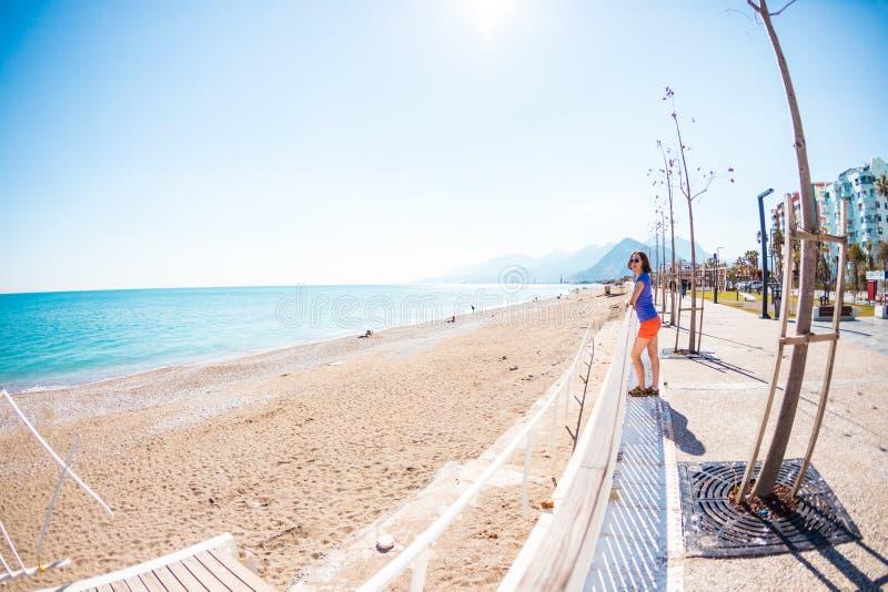 Une fille marche le long du nouveau quai d'Antalya image stock