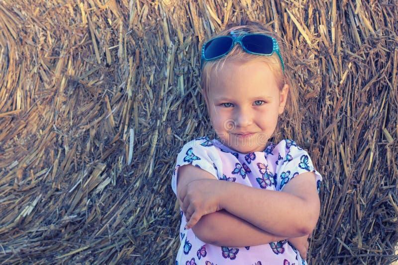 Une fille mignonne de 3 années avec des lunettes de soleil d'enfants de mode images libres de droits