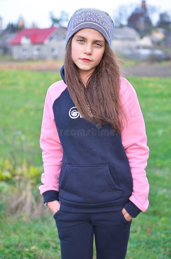 Une fille moderne et élégante dans l'adolescence photos libres de droits